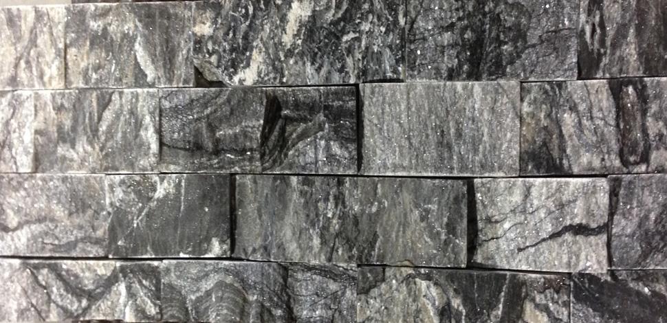 Granite Imperial Leopard   Dim 24 po long x 6 po haut.Prix et salle de montre en magasin.